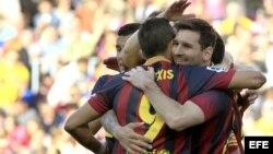 El delantero argentino del FC Barcelona Lionel Messi (d) celebra con sus compañeros el gol conseguido ante el Betis.