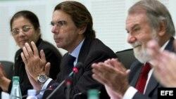 La viuda de Payá, Ofelia Acevedo, el expresidente español, José María Aznar (centro), y el eurodiputado Jaime Mayor, en el acto.