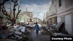 Tejas de fibrocemento y zinc en el suelo, arrancadas por el huracán Irma
