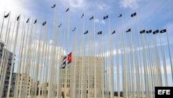 """Cuba levantó el llamado """"Monte de las Banderas"""", frente a la SINA para impedir que pudiera leerse la pantalla electrónica instalada en 2006 en el quinto piso del edificio."""