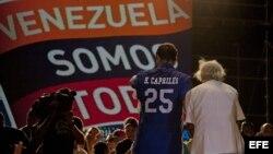 Henrique Capriles Radonsky, saluda a sus seguidores durante una caravana electoral en Barcelona (Venezuela).