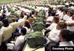 Los médicos cubanos hacen su práctica en Cuba o en el extranjero.