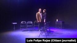"""""""La tectónica de los sentimientos"""", puesta en escena de Yoshvani Medina. En la imagen los actores Antonio Hernández y Suzette Silva."""