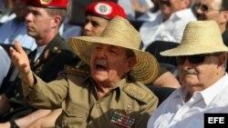 Raúl Castro (i), conversa con su homólogo uruguayo, José Pepe Mujica (d), el 26 de julio de 2013.
