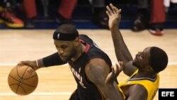 LeBron James (i) de los Heat de Miami contra Lance Stephenson (d) de los Pacers de Indiana.