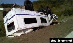 El camión ómnibus siniestrado en la carretera entre Niquero y Pilón.
