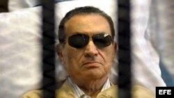 Fotografía de archivo del 2 de junio de 2012 del expresidente egipcio Hosni Mubarak, en una camilla tras las rejas.
