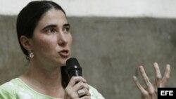 """La bloguera y activista cubana Yoani Sánchez durante su intervención en el encuentro organizado por profesionales de las redes sociales y comunidades """"online"""", celebrado hoy en Madrid"""