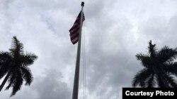 Ya ondea la bandera de EE.UU. en residencia de encargado de negocios
