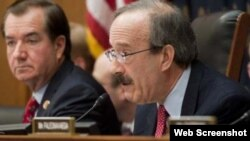 El proyecto de ley es impulsado por el representante demócrata Eliot Engel (derecha).