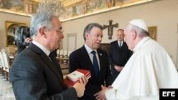 El papa se reune con Santos y Uribe durante treinta minutos