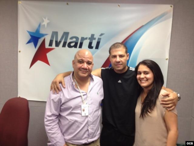 """Eric """"El Tigre"""" Castaños junto a los locutores del programa radial 1800 Online."""