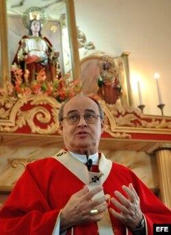 Foto de archivo. El cardenal cubano Jaime Ortega y Alamino oficia una misa ante cientos de personas en la iglesia del habanero barrio de Párraga durante el día de Santa Bárbara, el 4 de diciembre.
