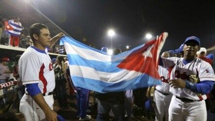 Jugadores del equipo de béisbol de Cuba celebran su victoria y la medalla de oro ganada ante Nicaragua en los XXII Juegos Centroamericanos y del Caribe Veracruz 2014. EFE/Ulises Ruiz Basurto