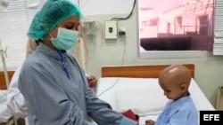 Un niño recibe atención médica en un hospital de cáncer.