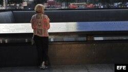 Una mujer observa los nombres en el monumento a las víctimas del 11-S en el World Trade Center de Nueva York, Estados Unidos, hoy, miércoles 11 de septiembre de 2013.