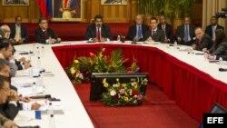 El presidente venezolano, Nicolás Maduro (c), y su equipo de Gobierno.