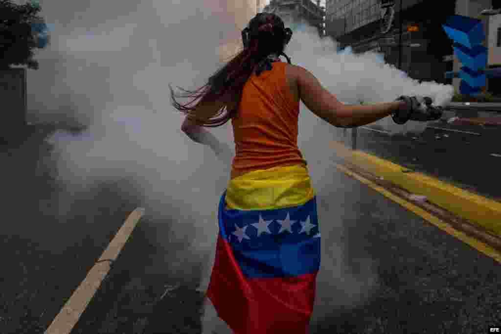 Manifestantes se enfrentan con agentes de la Guardia Nacional Bolivariana el 20 de abril de 2017, en Caracas (Venezuela).