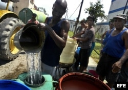 Para hervir el agua que almacenan los reglanos cuentan con una balita de gas al mes