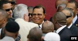 El líder la organización musulmana afroamericana Nación del Islam, Louis Farrakhan (c) a su llegada para el comienzo de la ceremonia por el rito islámico.