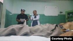 Agustín Moreno (izq.) con el médico en la sala en que se encontraba Liriano Linares.