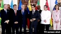Representantes de la oposición y del gobierno al término de la primera reunión en la casa de Miraflores
