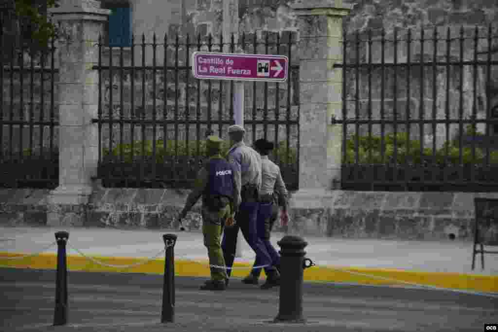 Policías custodian el Palacio del Segundo Cabo