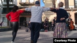Sardana, baile típico de Cataluña, en una plaza de Badalona (foto del autor)