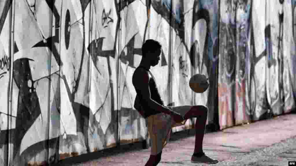 El auge del fútbol se puede ver en las calles cubanas.