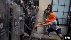 Manifestantes opositores se enfrentan a miembros de la Policía Nacional Bolivariana. Archivo.