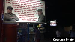 """Como medio de protección, algunos cuentapropistas han realizado inversiones con """"repercusión política"""" colocando frente a sus negocios carteles lumínicos donde resaltan frases y fotos de Raúl y Fidel. Foto Fernando Donate para Cubanet."""