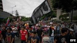 Cientos de opositores venezolanos marchan en Caracas.
