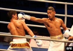 Robeisy Ramírez (d) combate con Murodjon Akhmadaliev (i) de Uzbekistán.