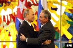 Castro y Putin se abrazan en La Habana después de hacer declaraciones a la prensa.