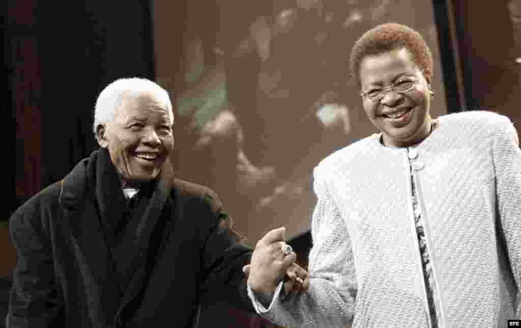 El Premio Nobel de Paz sudafricano Nelson Mandela (i) junto a su esposa Graca Machel (d) mientras participan en la lectura de honor por el cumpleaños 90 de Mandela, en Johanesurgo (Sudáfrica). El expresidente sudafricano Nelson Mandela murió a los 95 años, informó la Presidencia de Sudáfrica hoy, jueves 5 de diciembre de 2013. EFE/KIM LUDBROOK.Fotografía de archivo del 12 de julio de 2008.
