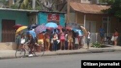 Reporta Cuba publicó esta foto de una cola para comprar 11 onzas de pollo. Foto: Martha Beatriz Ferrer.