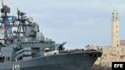 """El cazasubmarinos de la armada rusa """"Almirante Chabanenko"""", pasa junto al faro del Castillo del Morro, mientras entra en la bahía de La Habana (Cuba) hoy, 19 de diciembre de 2008. El buque arribó a Cuba con toda su tripulación formada en cubierta, en la p"""