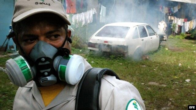 """Funcionarios del Ministerio de Salud de Panamá realizan un recorrido de fumigación y volanteo para evitar la propagación del los criaderos del mosquito """"Aedes-aegypti"""" portador del Dengue en un barrio de la ciudad de Panamá."""