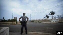 Un policía en La Habana.