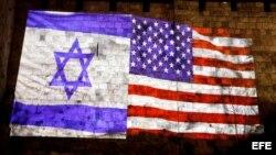 Las banderas de EE.UU. y de Israel son proyectadas en el muro de la ciudad de Jerusalén.