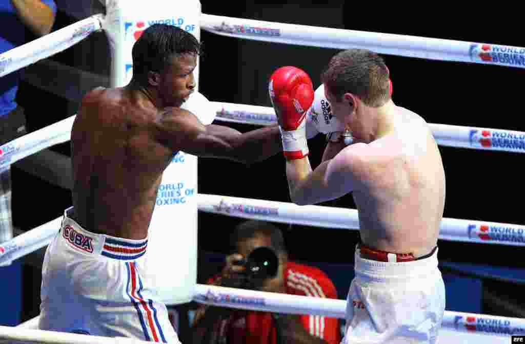El boxeador de los Domadores de Cuba Lázaro Álvarez (i) combate con el ruso Konstantin Bogomazov (d) el 2 de mayo de 2014, en La Habana (Cuba), en la división de los 60 kg correspondiente al cartel de vuelta de la semifinal de la IV Serie Mundial de Boxeo.