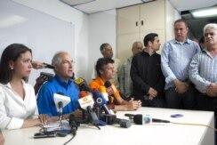 Leopoldo Lopez (3i), María Corina Machado (i) y Antonio Ledezma (2i), dirigentes de la oposición venezonala hablan durante una rueda de prensa hoy, miércoles 12 de febrero de 2014, en Caracas (Venezuela).