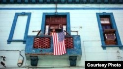 La bandera de EE.UU. conquista a Cuba