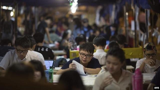 Manifestantes pro democracia estudian en el campamento instalado en el distrito Admiralty en Hong Kong.