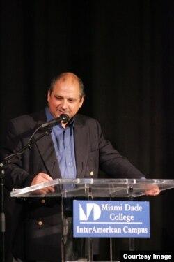 Font durante una conferencia en Miami-Dade College