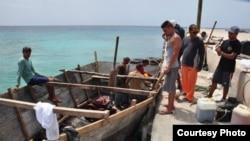Archivo: embarcación rústica en Islas Caimán