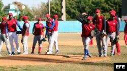 Jugadores de la selección cubana de béisbol durante un entrenamiento hoy, jueves 17 de marzo de 2016.