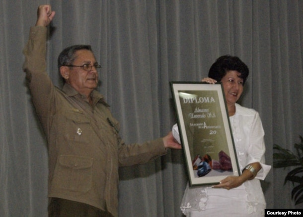 Entrega del diploma de las FAR a Almacenes Universales S.A.