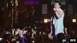 El múscio surcoreano Psy (3i) actúa durante el concierto ofrecido en el City Hall de Corea de Sur