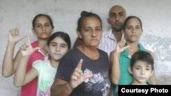 Familia opositora de Holguín fue víctima de violencia de las fuerzas del régimen y las turbas en noviembre pasado